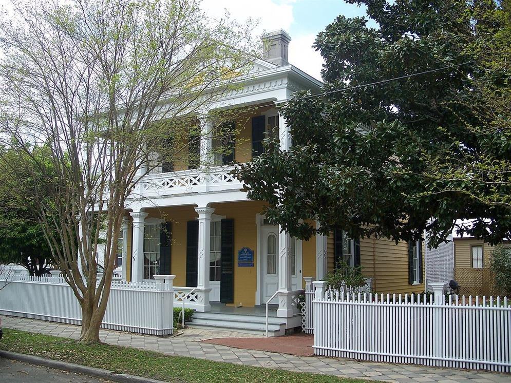 Clara barkley dorr house pensacola florida real for Clara house